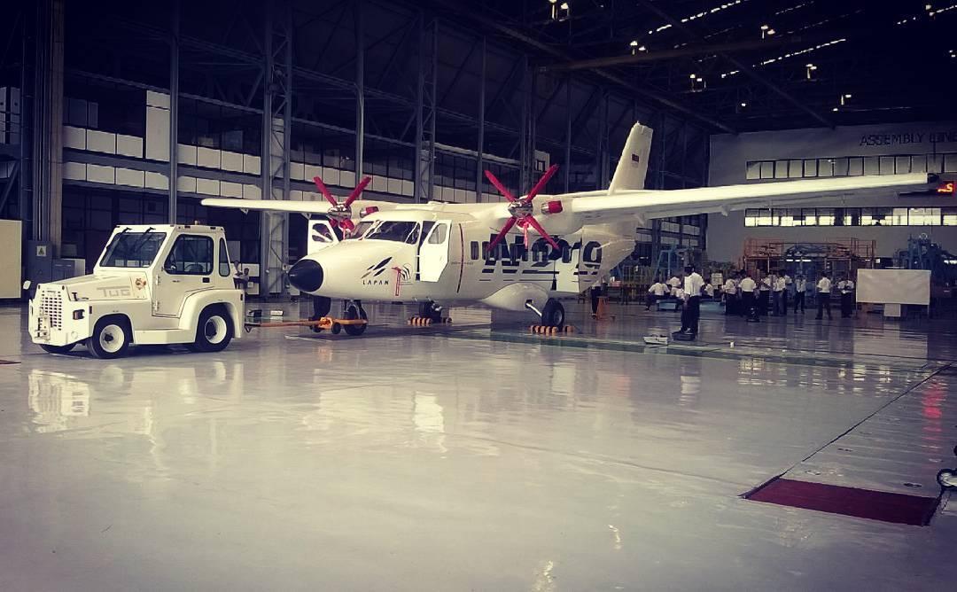 Perseiapan Pesawat N-219 sebelum Roll Out pda 10 Desember 2015t