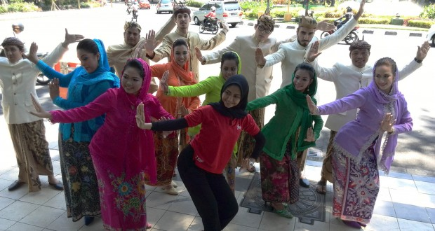 Penerima Beasiswa Seni dan Budaya Indonesia mencoba salah satu tarian | Sumber: beritadaerah.co.id