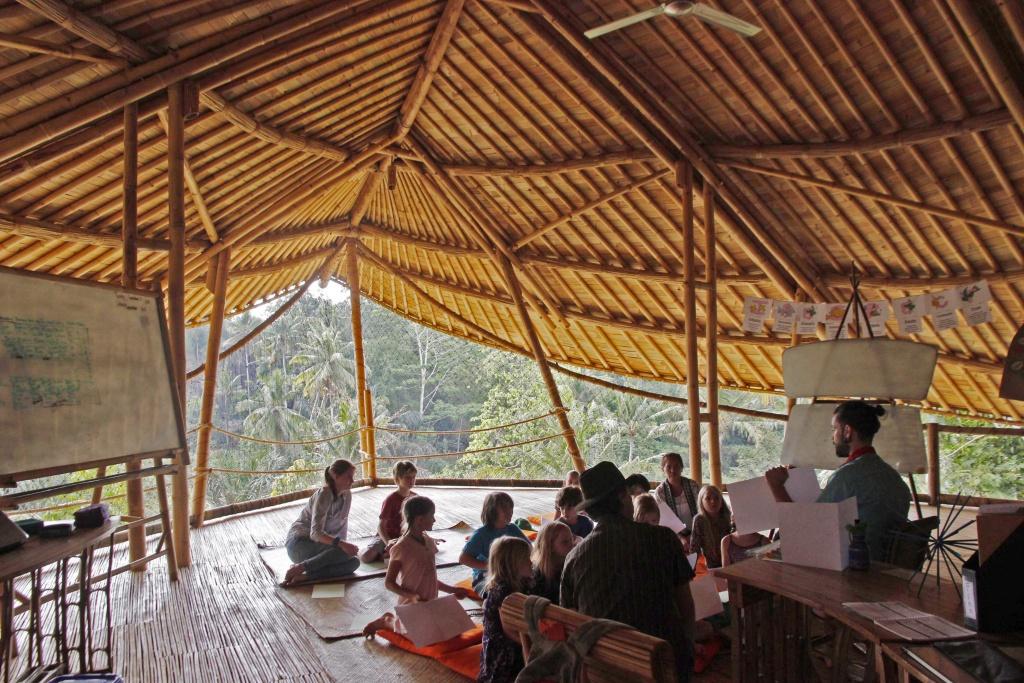 Sembari belajar, murid juga bisa menikmati alam | Sumber: worldofbuzz.com