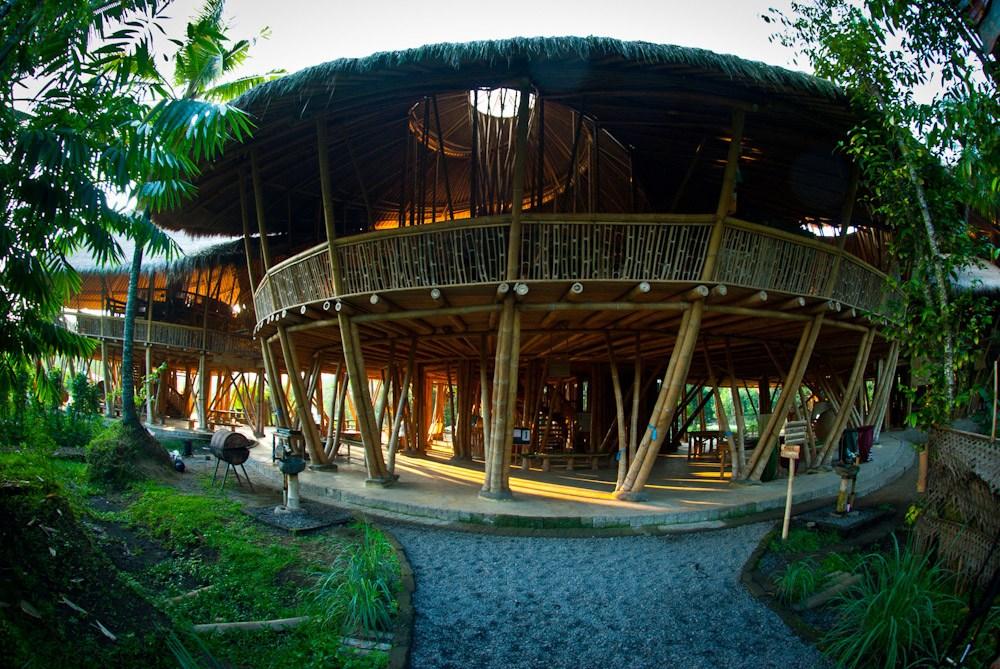 Salah satu bangunan dari Green School Bali | Sumber: greenteacher.com