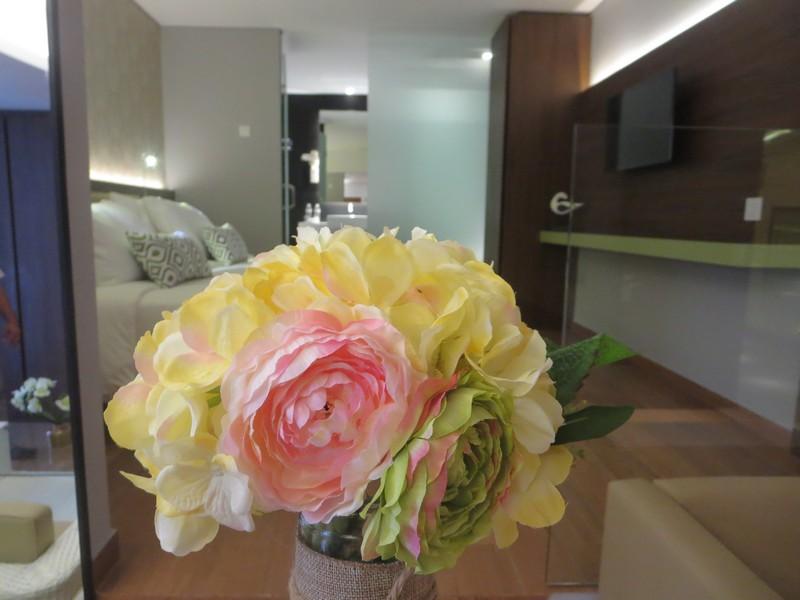 Bunga Warna-Warni di Kamar Hotel