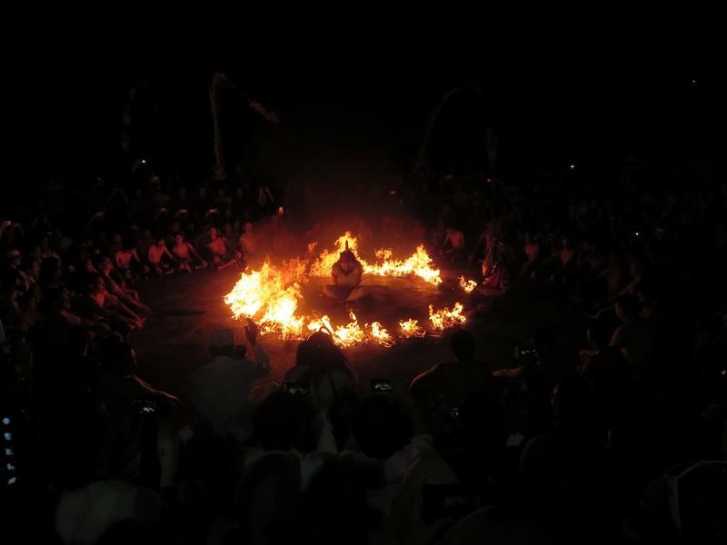 Hanoman di tengah bara api