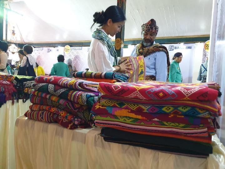 Puluhan UMKM perajin kain tradisional Indonesia turut memerkan produknya dalam ajang 7th Asean Traditional Textile Symposium and Expo di Yogyakarta. Foto: TEMPO/Pribadi Wicaksono