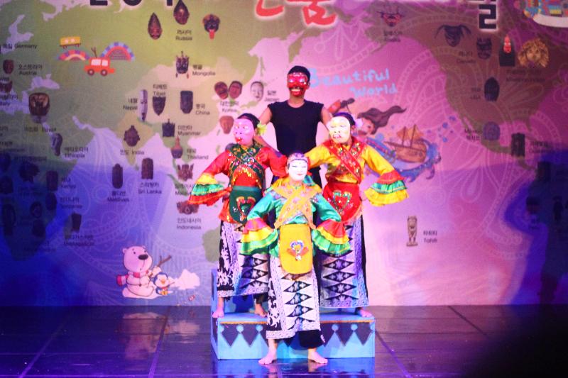 Penampilan Tari Topeng Nindak asal Betawi yang jenaka berhasil membuat para penonton tertawa dan meraih gelar Silver Prize dalam kategori Foreign Individual Competition. Sumber: KTF UI
