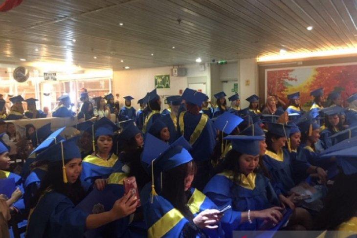 Para mahasiswi Indonesia yang mayoritas berprofesi sebagai buruh migran saat menjalani prosesi wisuda sarjana S1 Saint Mary University di dalam kapal pesiar yang bersandar di Hong Kong, Minggu (22/9). Foto: ANTARA/Atase Pendidikan KBRI Beijing