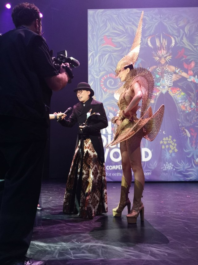Karya Rinaldy Yunardi 'The Lady Warrior' yang jadi pemenang di kompetisi World of Wearable Arts 2019, Wellington, Selandia Baru. Foto: Istimewa/kumparan.com