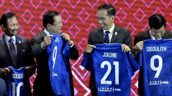 Kepala negara di ASEAN mendapatkan jersey dari FIFA pada KTT ASEAN 2019 Thailand. Foto: Biro Pers Kepresidenan RI