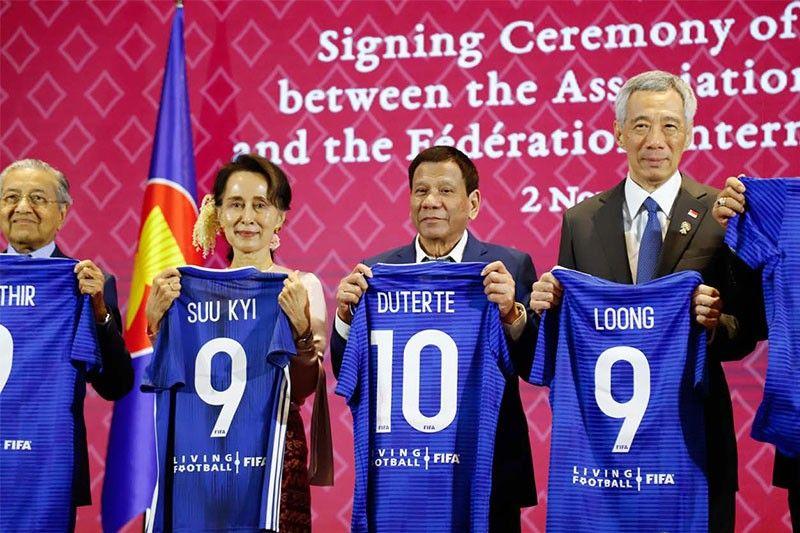 Kepala negara di ASEAN mendapatkan jersey dari FIFA pada KTT ASEAN 2019 Thailand. Foto: Presidential Photo/Philstar