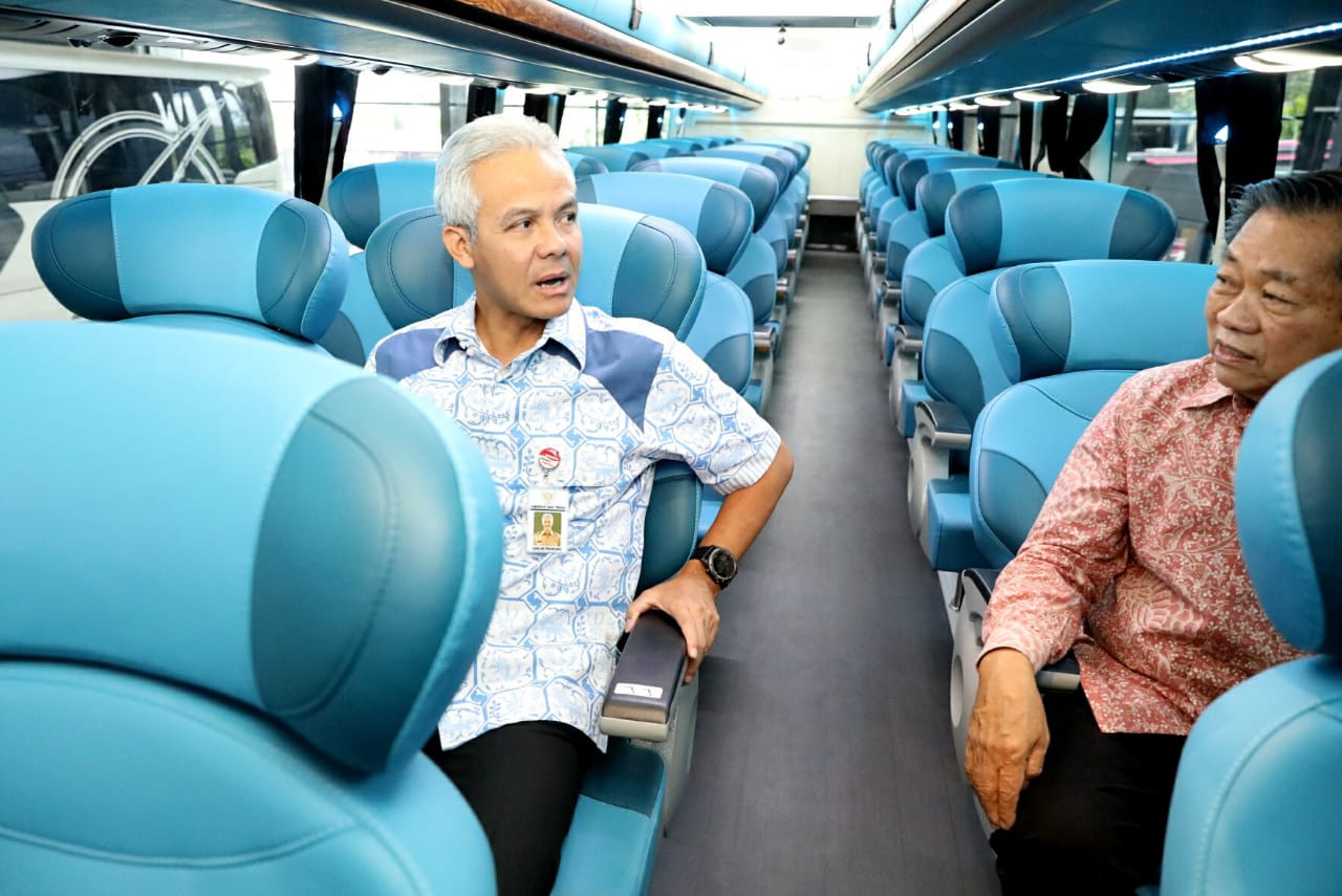 Gubernur Jawa Tengah Ganjar Pranowo, naik dalam satu bus tingkat saat pelepasan ekspor 10 unit bus tingkat buatan Karoseri Laksana asal Kabupaten Semarang, Jumat, 21 Febuari 2020. Foto: Istimewa