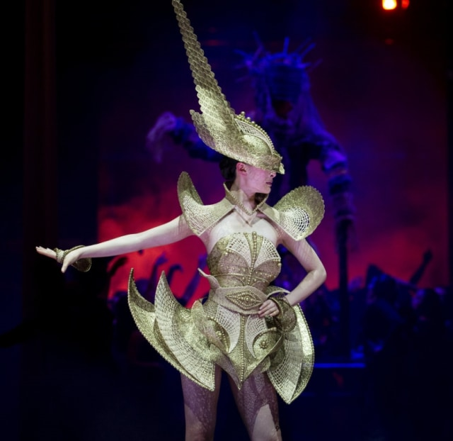 Karya Rinaldy Yunardi 'The Lady Warrior' yang jadi pemenang di kompetisi World of Wearable Arts 2019, Wellington, Selandia Baru. Foto: istimewa/Kumpara.com