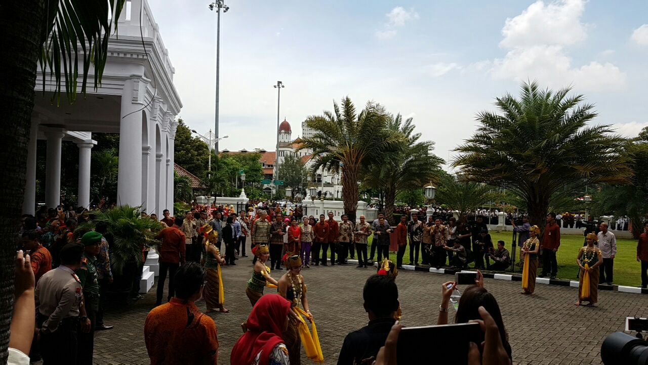 PM Lee Hsien Loong arriving at Wisma Perdamaian in Semarang. sournce: Strait Times