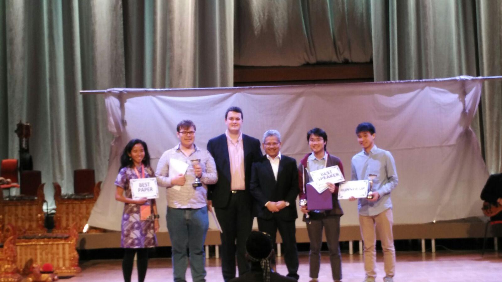 Pemenang Kompetisi Debat dan Pemakalah Terbaik ISIC 2016. Sumber: atdikbudlondon.com