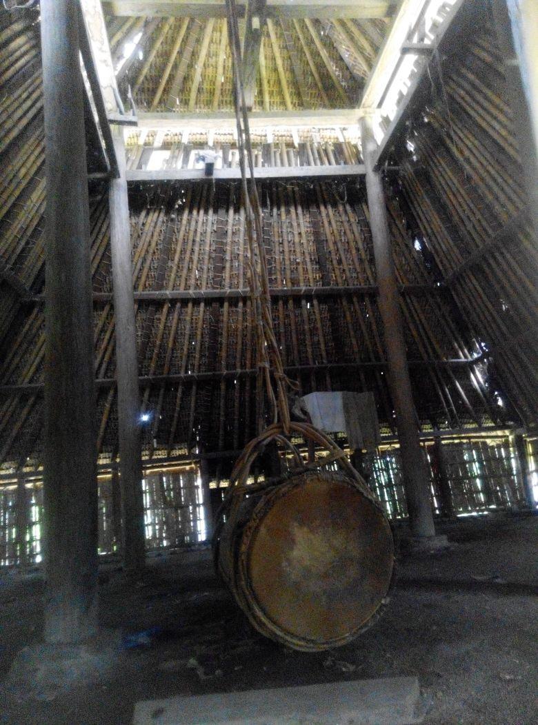 Ini adalah dalamnya Masjid Bayan. Bedug itu digantung dari langit-langit masjid.