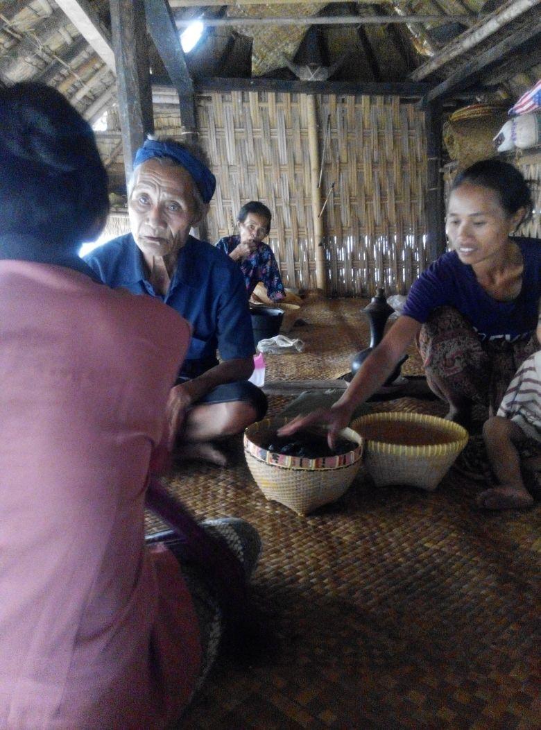 Bapak-bapak ini merupakan kepala keluarga Loka. Si ibu yang menggunakan baju merah muda sedang meminta