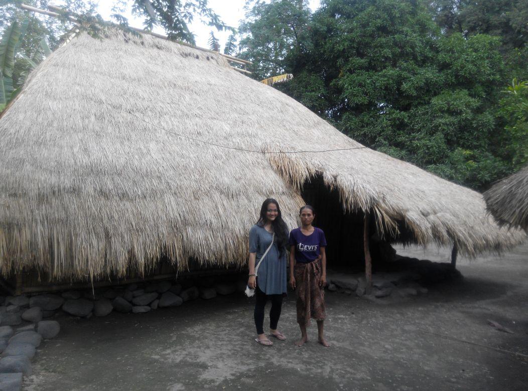 Rumah penduduk Bayan yang masih tradisional seperti itu. Masih eksotis banget.