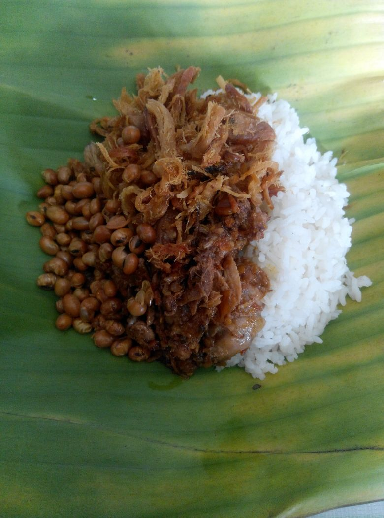 Ini penampakan Nasi Buyung yang terkenal di Lombok. Plecingannya itu pedes banget.