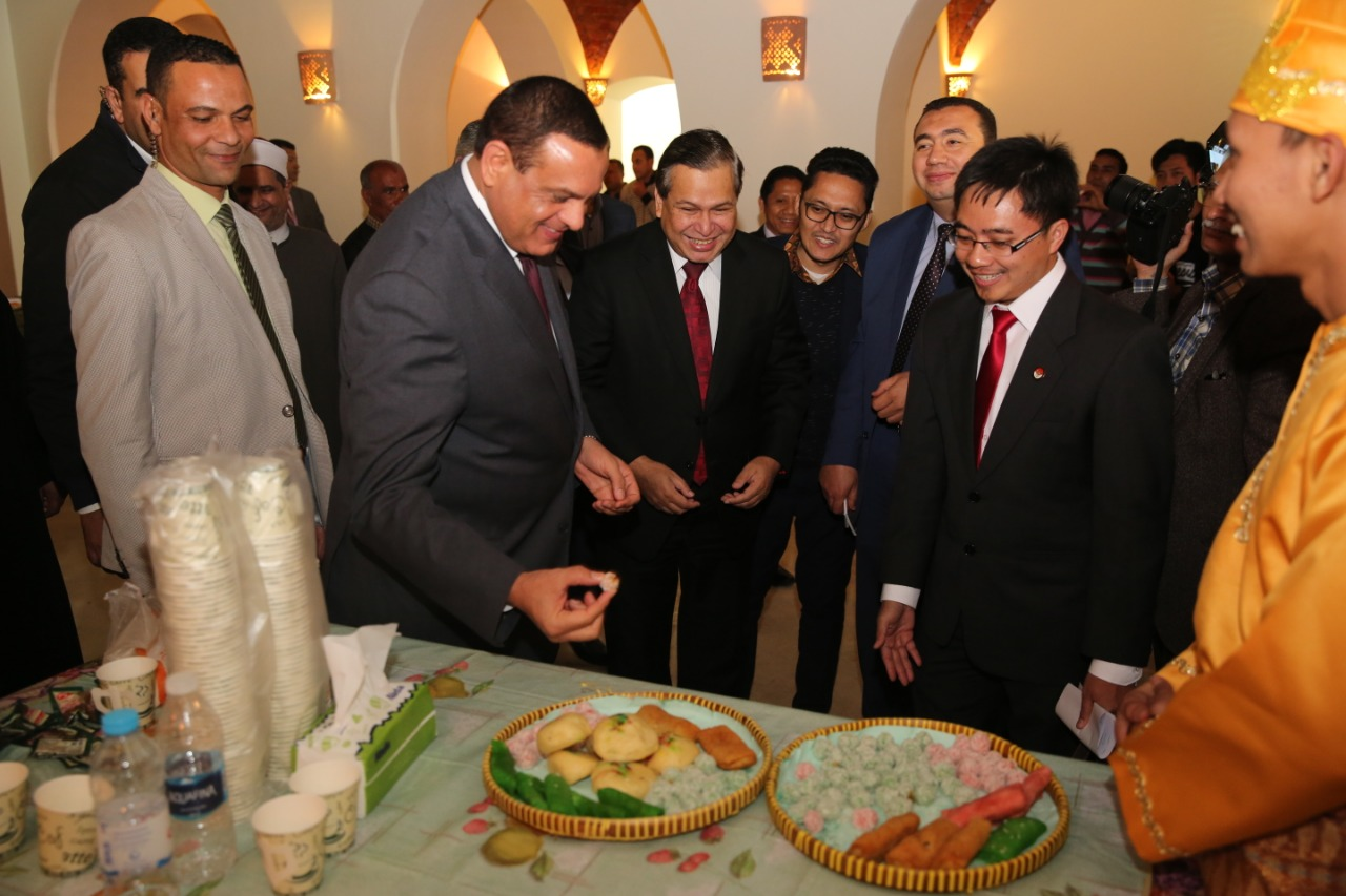 Bapak H. Helmy Fauzi dan Gubernur Beheira mencicipi makanan khas Indonesia