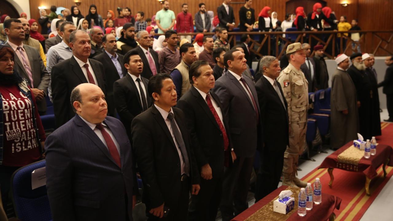 Menyayikan lagu kebangsaan Indonesia dan Mesir