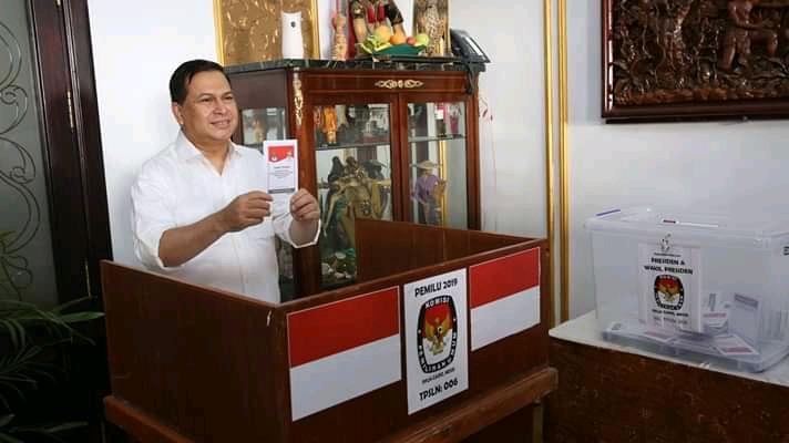 Dubes Helmy Fauzi menggunakan hak pilihnya pada pemilu 2019 (Arsip KBRI Kairo)