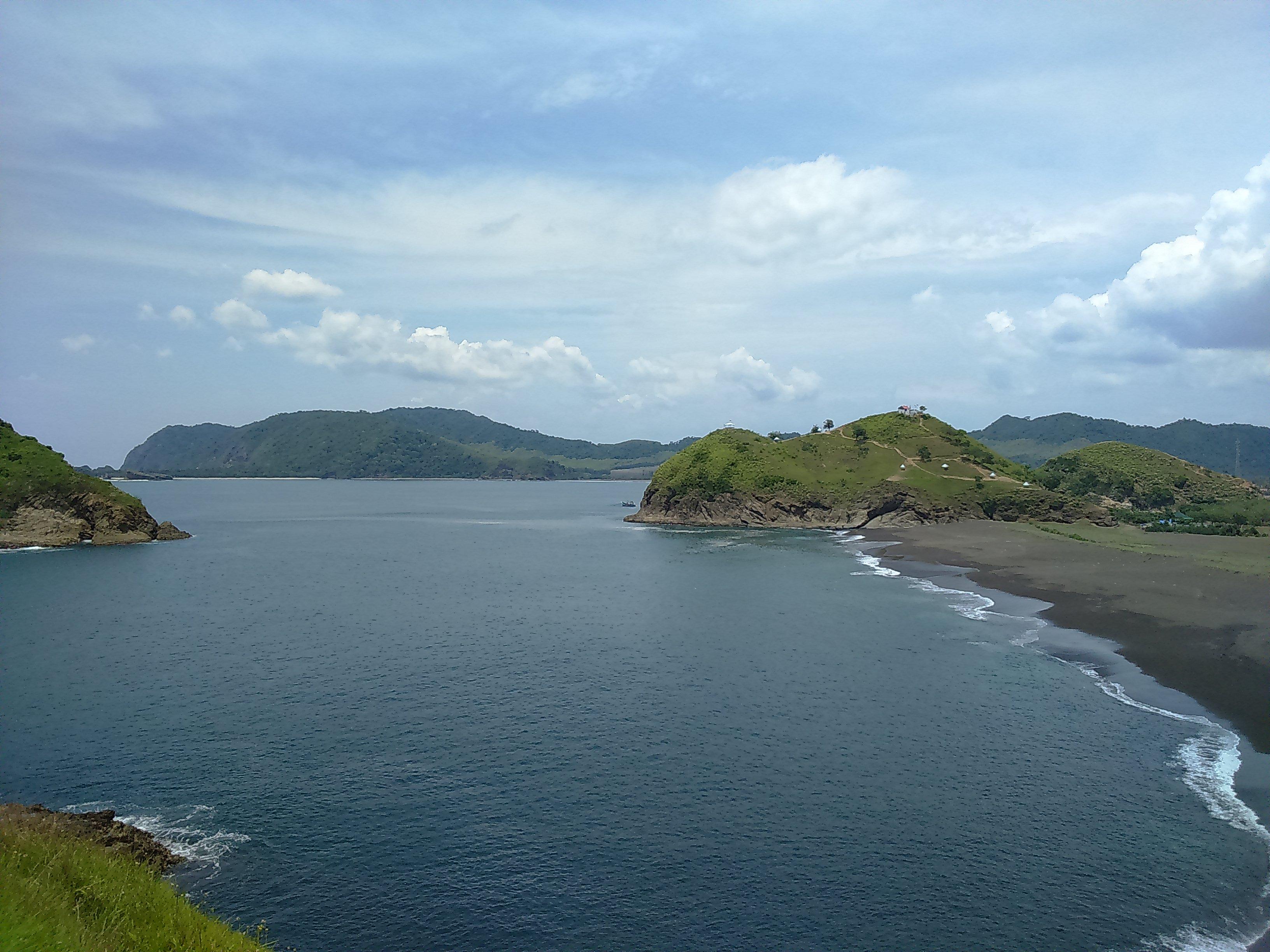 Pemandangan Pantai Payangan dan Bukit-Bukit dari Bukit Domba (Dokumentasi Pribadi)