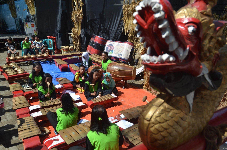 Anak-anak sedang belajar gamelan di Festival Kampung Celaket (Sumber: thejakartapost.com