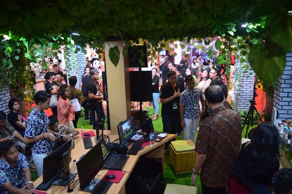 Ramainya pengunjung booth SMK Rus di Popcon Asia 2016 (Sumber: zetizen.com)