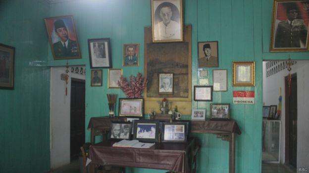 Deretan pajangan foto Soekarno di rumah Rengas Dengklok (sumber: bbc.com)