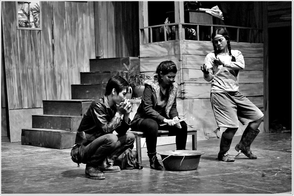 """Salah satu penampilan Teater Satu dalam lakon panggung berjudul """"Anak yang dikubur"""". Lakon panggung ini adalah adaptasi dari karya sastrawan Amerika Serikat Sam Shepard dan telah dipentaskan di empat kota dalam roadshow tahunan Teater Satu tahun 2012 lalu. (Sumber: teatersatulampung.org)"""