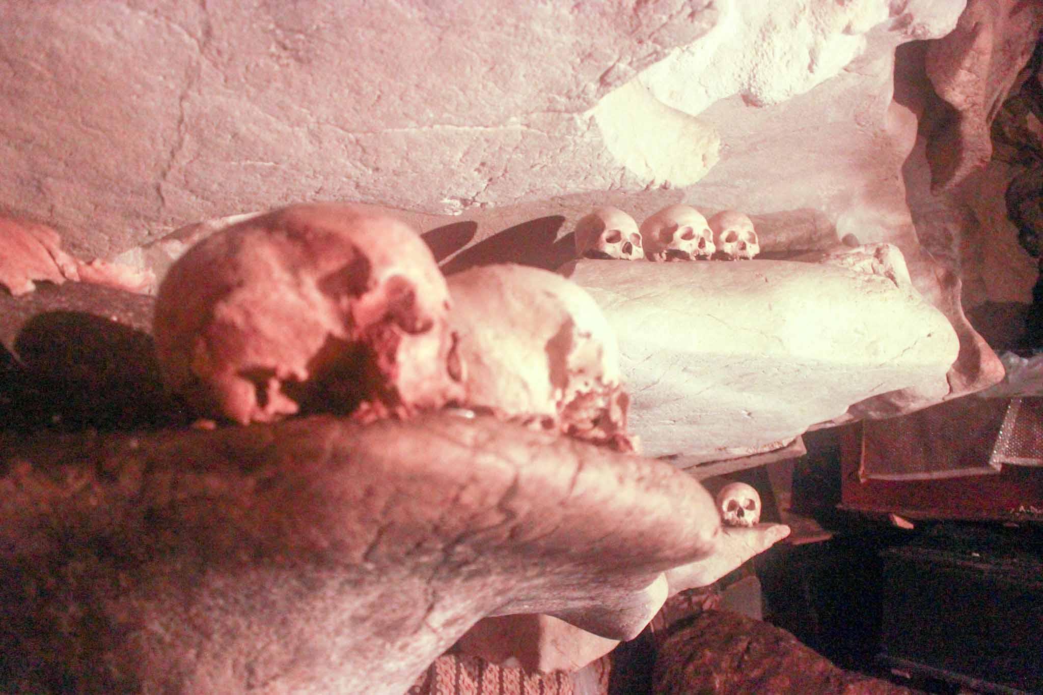 kepala tengkorak yang tersusun rapi di atap Goa © iwanmotret