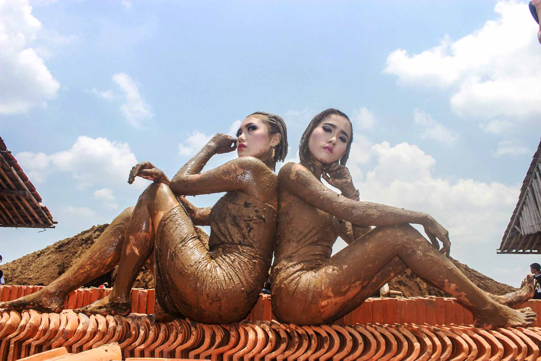 Dua model yang sedang di foto di atas susunan genteng