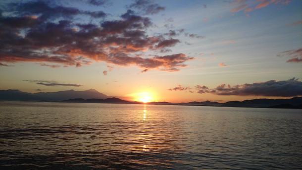 Pemandangan saat matahari terbit