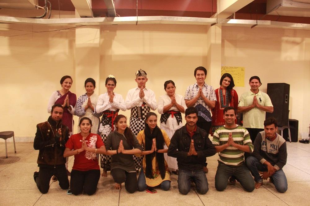 foto bersama peserta kelas Folk Dance seusai belajar tari legong lasem | dokumentasi KBRI Islamabad