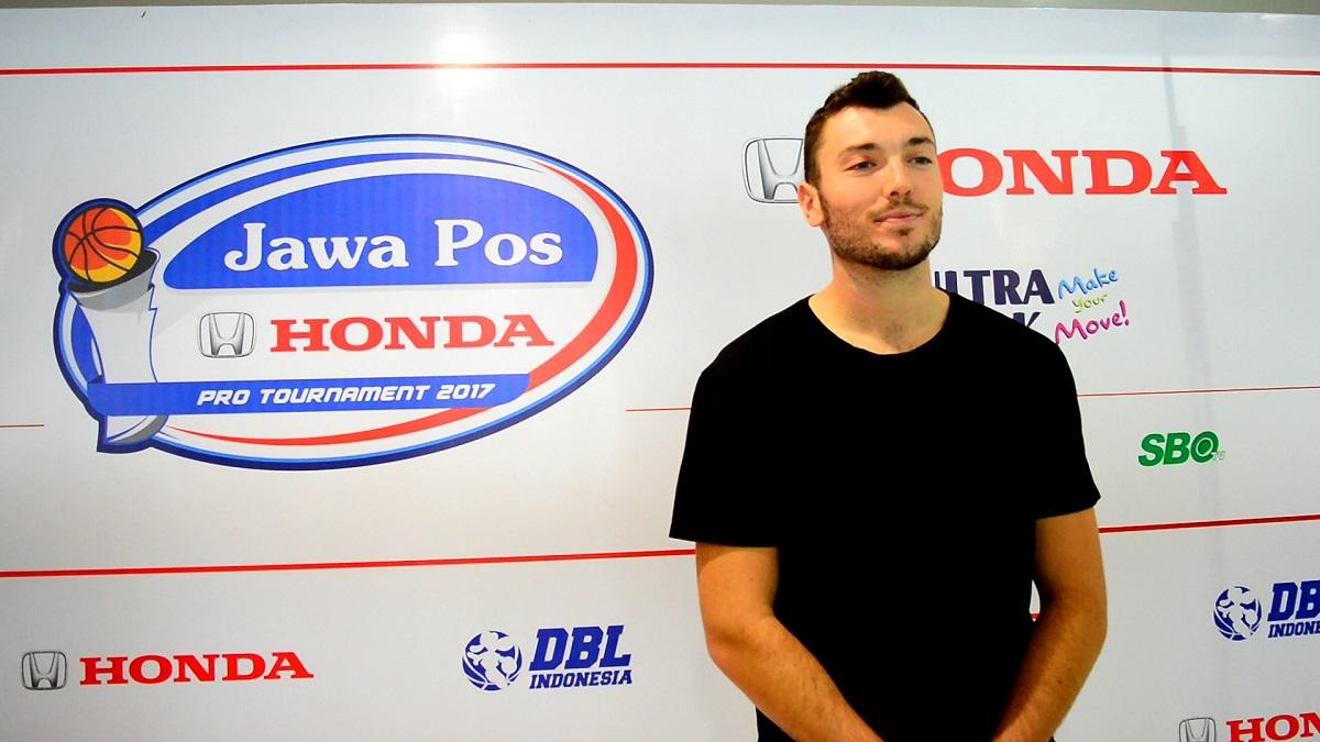 Statham Taylor Thomas, pemain asing di GSBC CLS Knights Jakarta saat diwawancarai di Pers Conference di Honda Surabaya Center | foto oleh Rizkia Yulianti (GNFI)