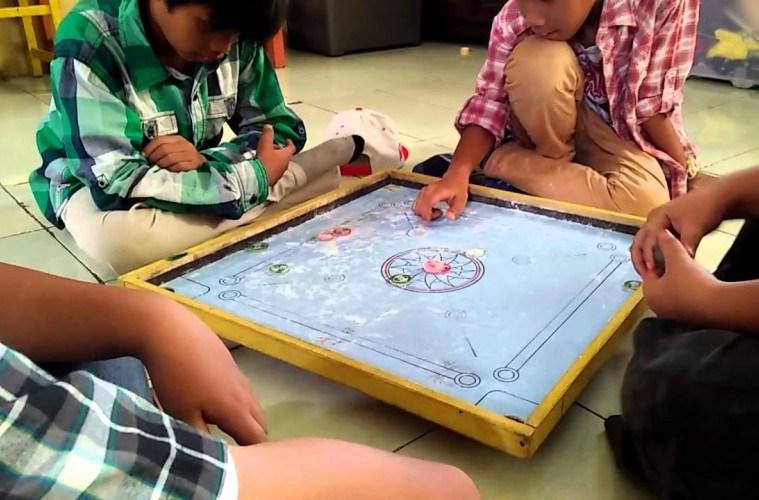 Permainan karambol | Sumber: Mojok.co