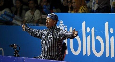 Line judge memakai motif batik lurik dan blangkon   Sumber: Suara.com