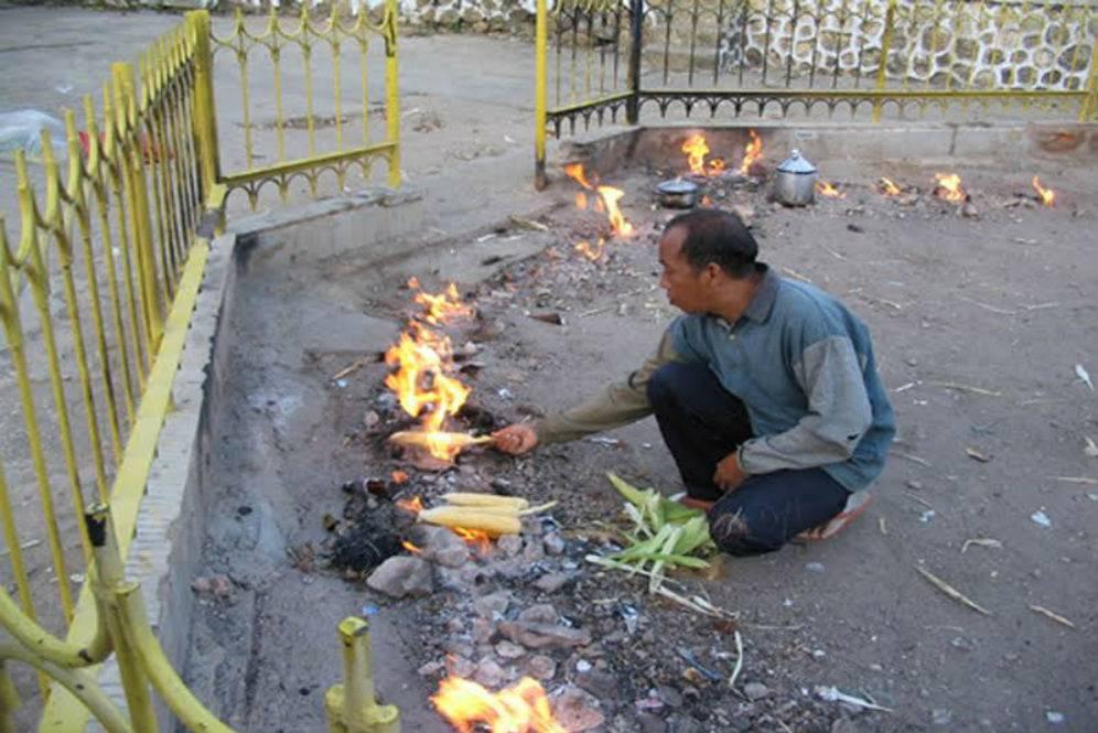 Membakar Jagung di Api Tidak Kunjung Padam | Sumber: Dream.co.id