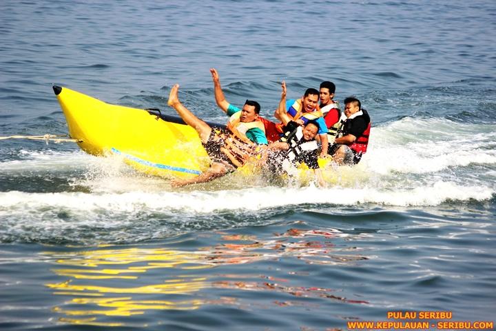 Bermain Banana Boat Di Pulau Seribu