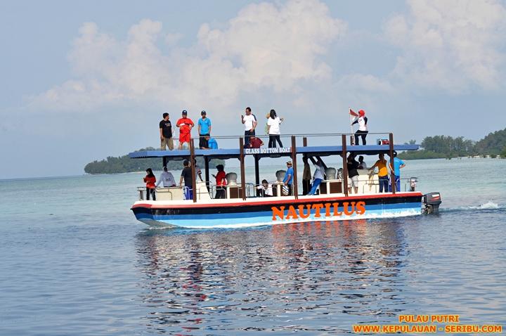 Kapal Glass Bottom Boat Pulau Putri Resort Pulau Seribu