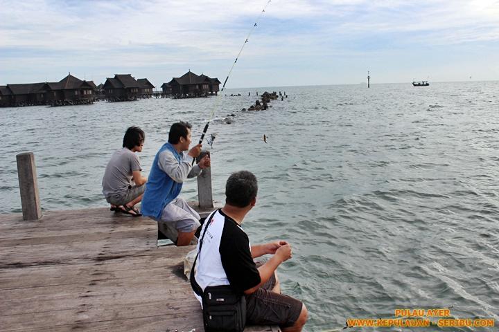 Memancing di dermaga Pulau Ayer Resort Kepulauan Seribu