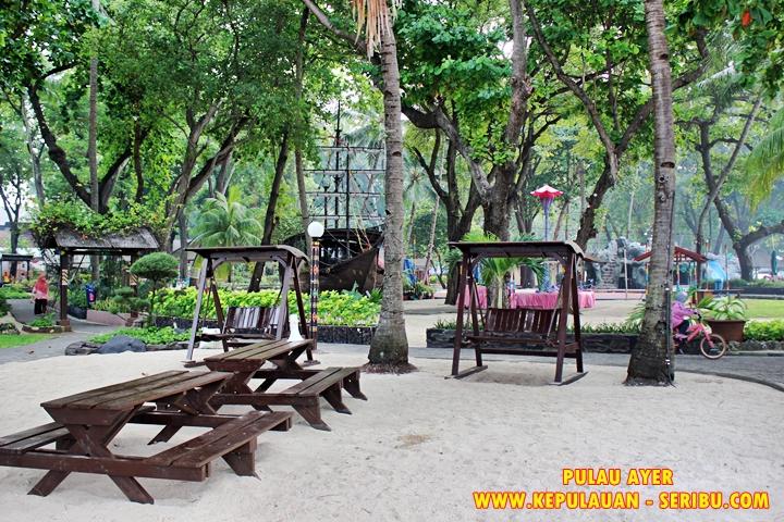 Pulau Ayer Wisata Dengan Pohon-pohon Yang Rindang