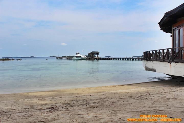 Pulau Pantara Pantai Yang Landai Dan Pasir Putih Dan Laut yang Biru dan Hijau