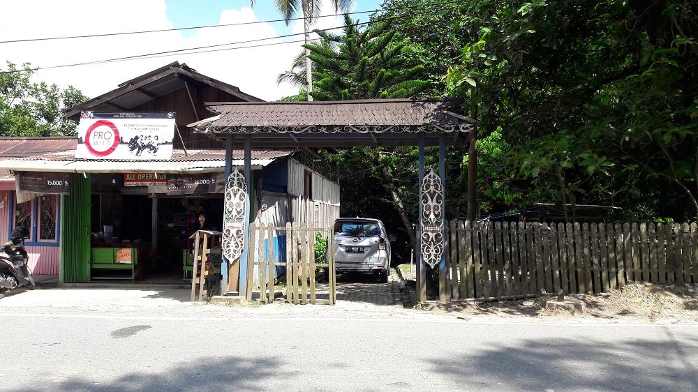 Pintu masuk menuju Tugu Perdamaian dan Makam Simbolis