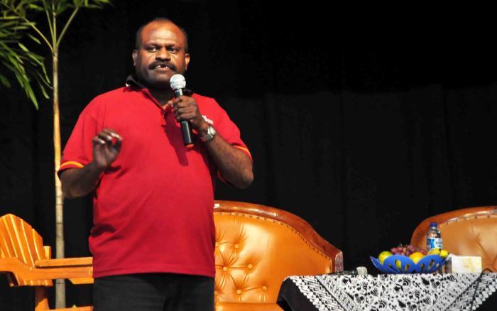 """Dolphin, seorang pembicara dalam forum """"Bicara Papua"""" di UGM, sedang menceritakan mop (Sumber: Arif L. Hakim)"""