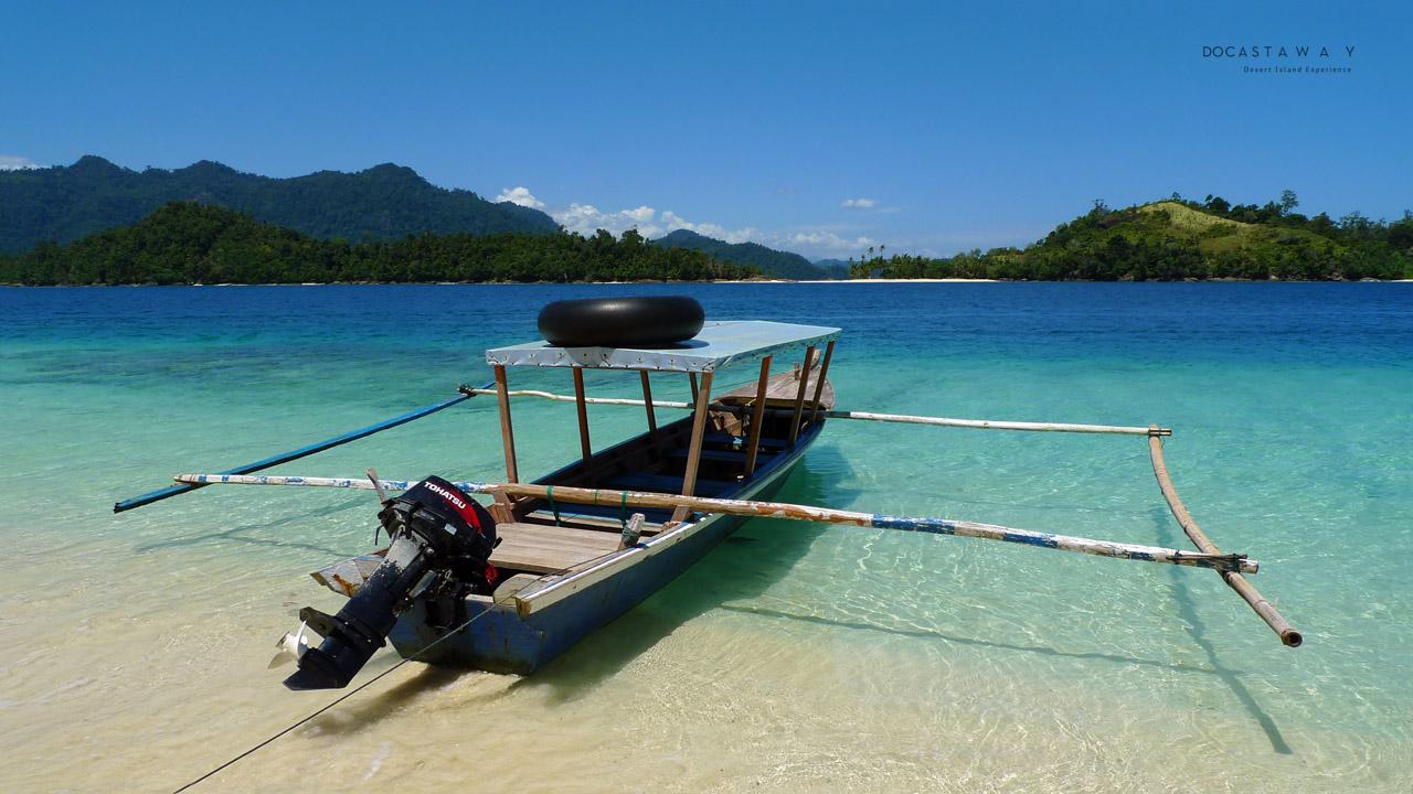 Kapal untuk menyebrang ke Pulau di sekeliling Pulau Gambolo (©Docastaway)