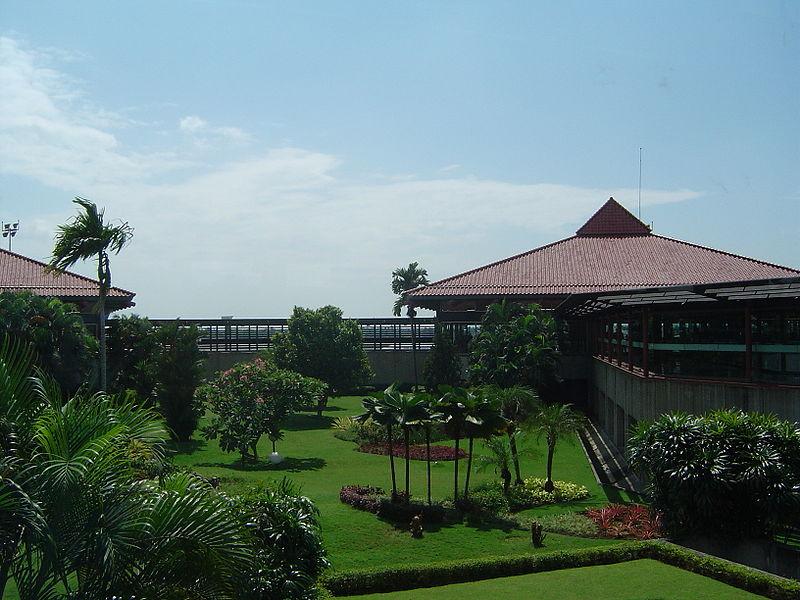 Kebun di tengah bangunan Bandara Soekarno-Hatta © Daniel Berthold / CC BY-SA 3.0 (via Wikimedia Commons)