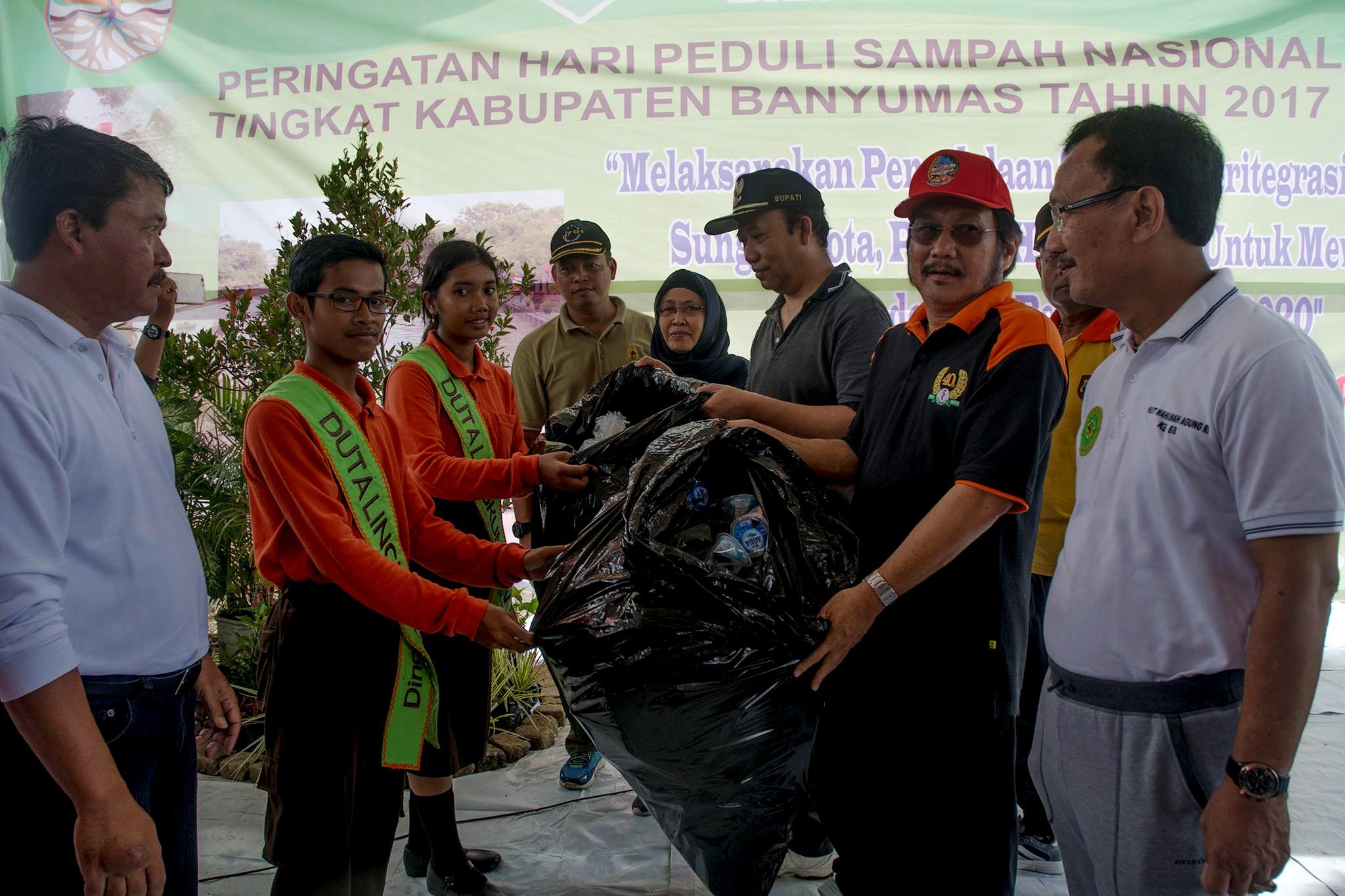 Bupati Banyumas Achmad Husein bersama Wakil Bupati Budhi Setiawan saat meresmikan program pengumpulan sampah oleh ASN di Banyumas
