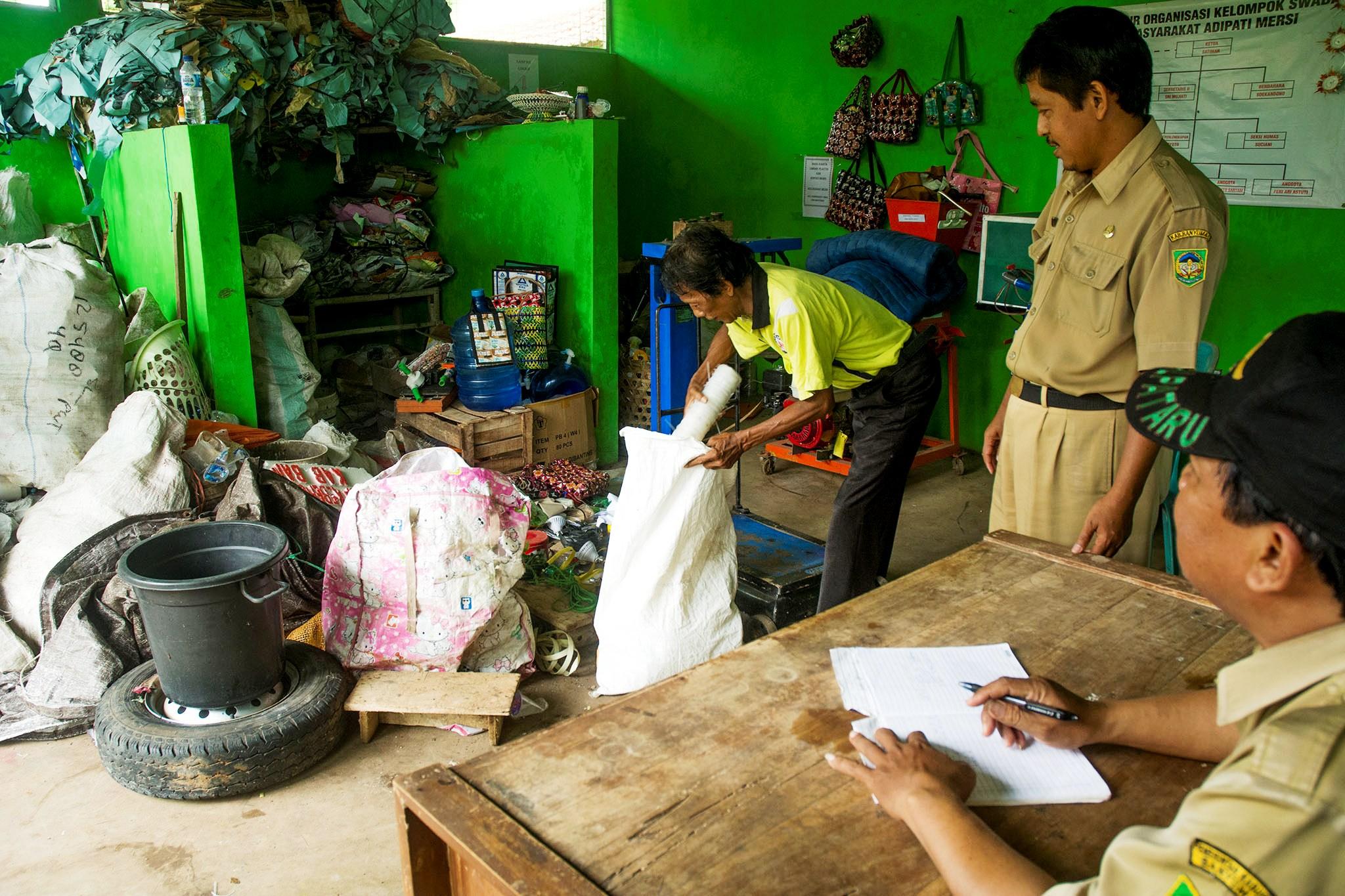 Seorang pria tengah menyetorkan sampah ke Tempat Pengolahan Sampah Terpadu (TPST) Kelurahan Mersi, Kecamatan Purwokerto Timur