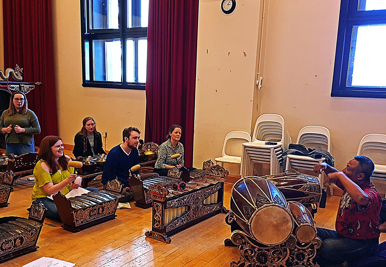 Prasadiyanto sedang mengajar gamelan di Royal Conservatoire of Scotland, Glasgow © KBRI London (via The Jakarta Post)
