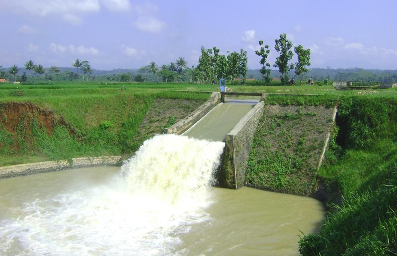 Saluran air di Jawa Tengah. Indonesia memiliki banyak tempat yang berpotensi untuk dijadikan sebagai lokasi pembangkit listrik tenaga energi terbarukan