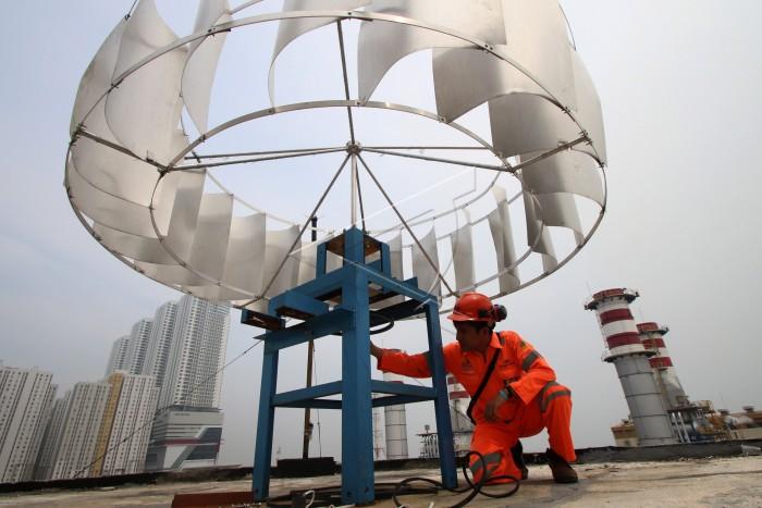 Pembangkit Listrik Tenaga Bayu (angin) di Jakarta. Kelak Indonesia akan meningkatkan penggunaan pembangkit listrik dari energi terbarukan